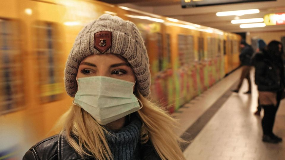 Frau mit Maske in Berlin