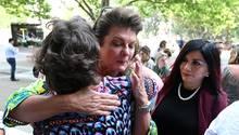 Julie Davis umarmt eine weitere Betroffene vor dem Gerichtsgebäude