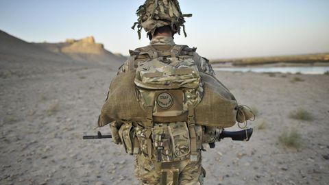 Ein Soldat patroulliert entlang eines Flusses