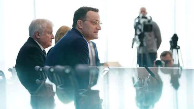 Horst Seehofer und Jens Spahn von der Seite fotografiert