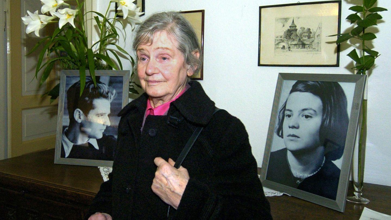 Elisabeth Hartnagel vor Fotos von Hans und Sophie Scholl, den Mitbegründern der Organisation Weiße Rose