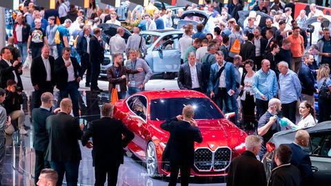 Messebesucher der Internationalen Automobil-Ausstellung (IAA) schauen sich auf dem Messestand von BMW das Concept 4 Fahrzeug an