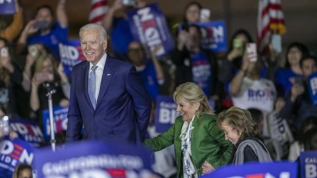 Joe Biden am Super Tuesday mit seiner Frau Jill und seiner SchwesterValerie Biden Owens