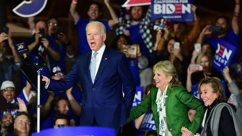 Joe Biden betritt mit seiner Frau und seiner Schwester eine Bühne
