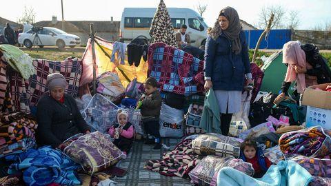 Migranten haben auf einem Feld in der Nähe der türkisch-griechischen Grenze ein Lager eingerichtet