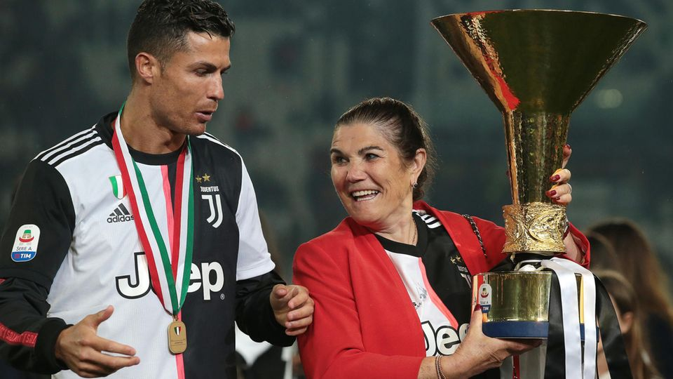 Ronaldo Mutter Dolores Aveirohält im Mai 2019 den italienischen Meisterschaftspokal