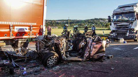 Ein ausgebranntes und komplett zerquetschtes Autowrack