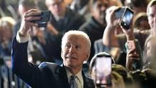 Joe Biden am Super Tuesday: Selfie mit seinen Supportern