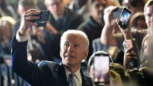 Joe Biden am Super Tuesday: Selfie mit seinen Supportern