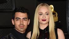 Sophie Turner mit blonden langen Haaren neben ihrem Ehemann Joe Jonas