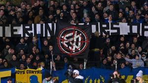 Fans des Viertligisten 1. FC Saarbrücken protestieren während des Pokalspiels gegenFortuna Düsseldorf gegen den DFB