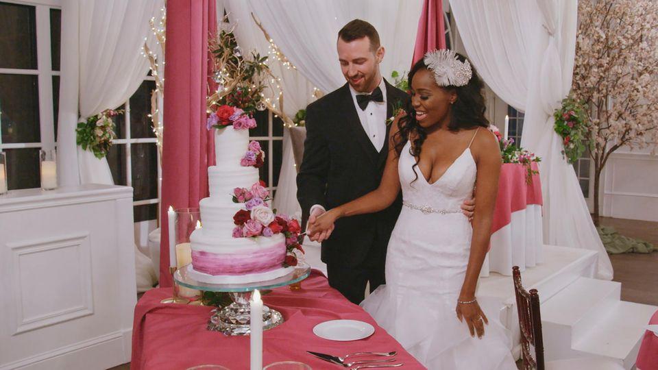 """Lauren und Cameron schneiden in """"Love Is Blind"""" ihre Hochzeitstorte an"""