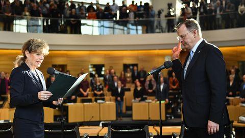 Bodo Ramelow (r., Die Linke) legt vor Landtagspräsidentin Birgit Keller seinen Amtseid ab