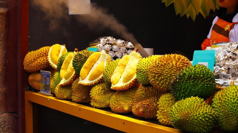 """Trotz ihres ekelhaften Geruchs ist die """"Stinkfrucht"""" genannte Durian in Asien sehr beliebt"""