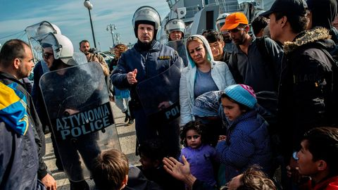 Polizisten auf Lebos halten Geflüchtete davon ab, dass Hafengelände in der InselhauptstadtMytilini zu betreten