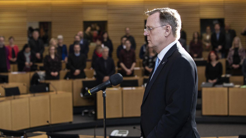 Im Sitzungssaal des Landtags in Thüringen steht Bodo Ramelow aufrecht vor einem Mikro