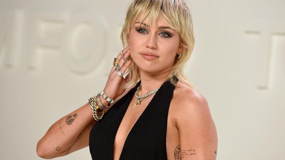 """Miley Cyrus präsentiert neues """"Nackte Frau""""-Tattoo"""