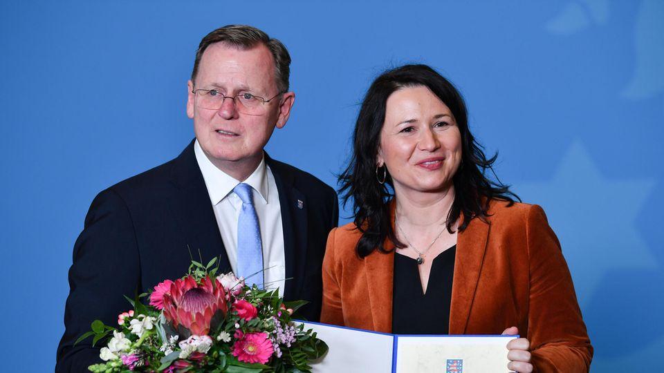 Bodo Ramelow (l, Die Linke), steht neben der neu ernannten Umweltministerin Anja Siegesmund