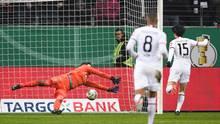 Daichi Kamada (r.) trifft zum 2:0 für Eintracht Frankfurt gegen Werder Bremen