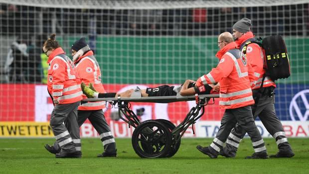 Sanitäter tragen Ömer Toprak von Bremen nach einer Verletzung vom Spielfeld