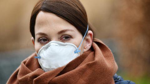 Coronavirus: Eine Frau trägt eine Atemschutzmaske