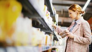 Glutenfreie Produkte sind meist überteuert  Wenn Sie nicht an Zöliakie erkrankt sind, sollten Sie auch nicht zu glutenfreien Produkten greifen. Die sind um ein Vielfaches teurer als die herkömmlichen Lebensmittel. Viele greifen zu den glutenfreien Alternativen, weil sie denken, es wäre die gesündere Option.