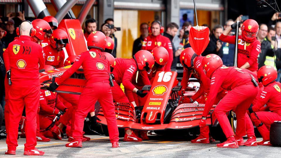Die Ferrari-Boxencrew im Einsatz am Auto von Charles Lecclerc bei den Testfahrten in Barcelona