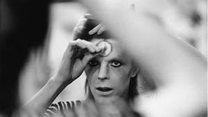 David Bowie schminkt seine Stirn