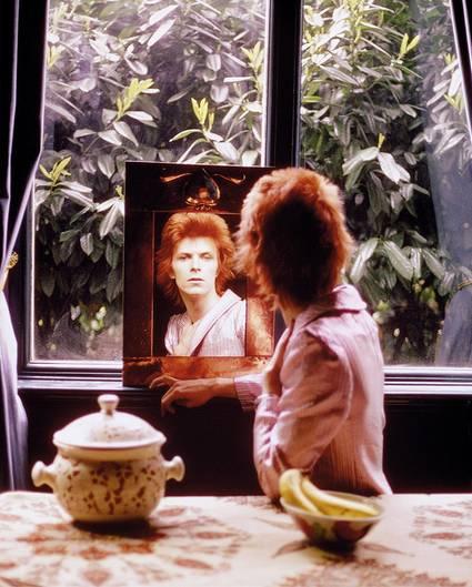 David Bowie schaut in den Spiegel
