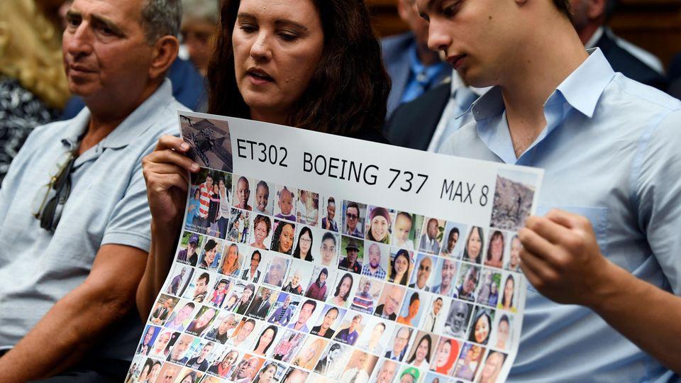 Bei einer Anhörung in Washington: Tomra Vecere (M) und Tor Stumo (r) halten ein Plakat mit den Opfern des Ethiopian Airlines Fluges 302. Bei den den Abstürzen zweier Boeing 737 Max waren im Oktober 2018 und März 2019 insgesamt 346 Menschen ums Leben gekommen.