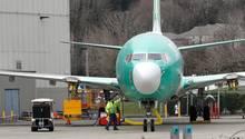 Eine Boeing 737 Max 8 steht vor dem Boeing-Werk in Renton im Bundesstaat Washington