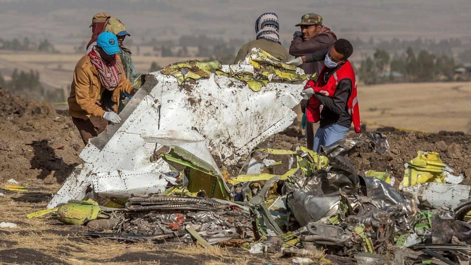 Rettungskräfte arbeiten an der Unfallstelle des Fluges 302 der Ethiopian Airlines, südlich von Addis Abeba: Am 10. März 2019 war ein zweiter Jet vom Typ Boeing 737 Max 8 kurz nach dem Start abgestürzt.