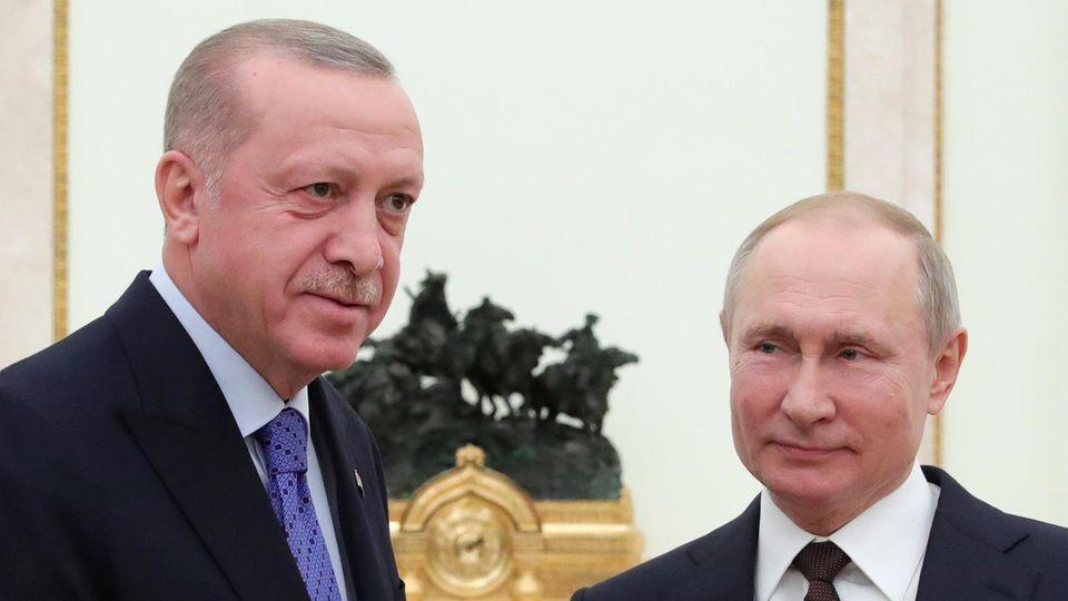 Russlands Präsident Wladimir Putin (r.) und der türkische Staatschef Recep Tayyip Erdogan (l.) haben sich auf eine Waffenruhe für die nordwestsyrische Provinz Idlib geeinigt