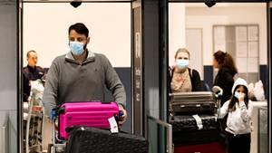 Passagiere am Pariser Flughafen
