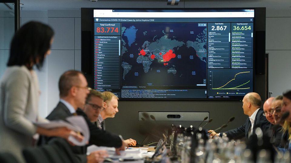 Mitglieder des Coronavirus-Krisenstabs der Regierung analysieren die neusten Fallzahlen