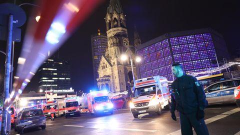 Polizisten und Rettungskräfte stehen am 19.12.2016 vor der Gedächtniskirche in Berlin
