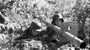Zwei Mann waren zur Bedienung notwendig und auch um die Waffe und die Munition zu transportieren.