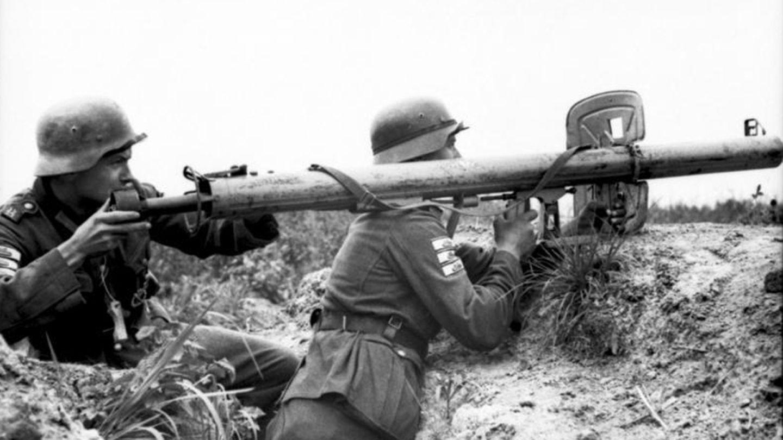 Für das Propaganda-Foto wurden zwei erfahrene Soldaten angezeigt. Beide tragen dreiPanzervernichtungsabzeichen am Arm.
