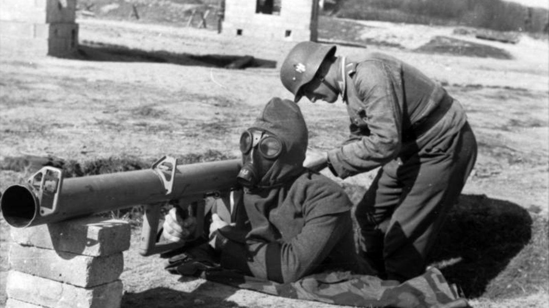 Vor dem Schutzschild sollteein feuerfester Poncho den Soldaten vor dem Flammenstrahl schützen.