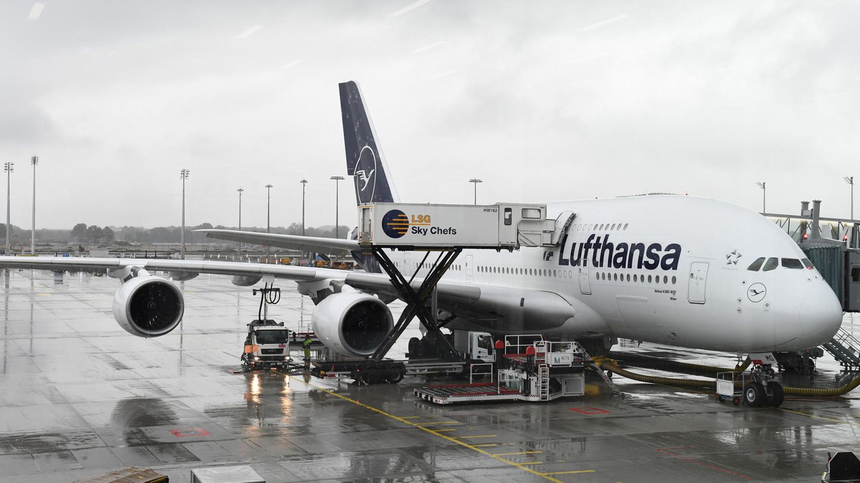 Ein Airbus A380 der Lufthansa am Flughafen München. Insgesamt gehören 14 Maschinen dieses Typs zur Flotte der Lufthansa.