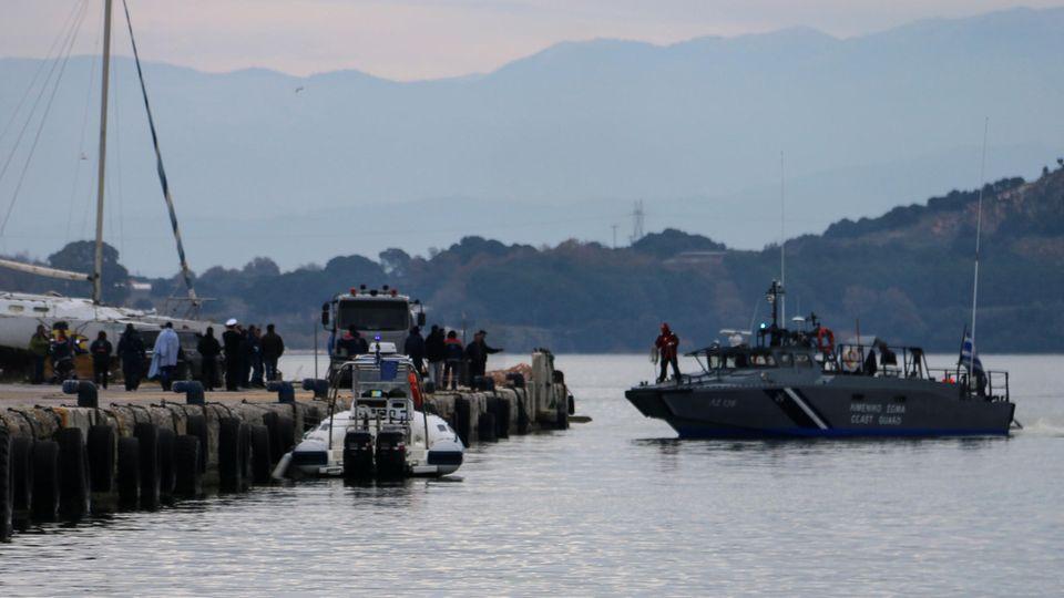 11.01.2020, Griechenland: Ein Schiff der griechischen Küstenwache legt am Hafen von Prevaza an