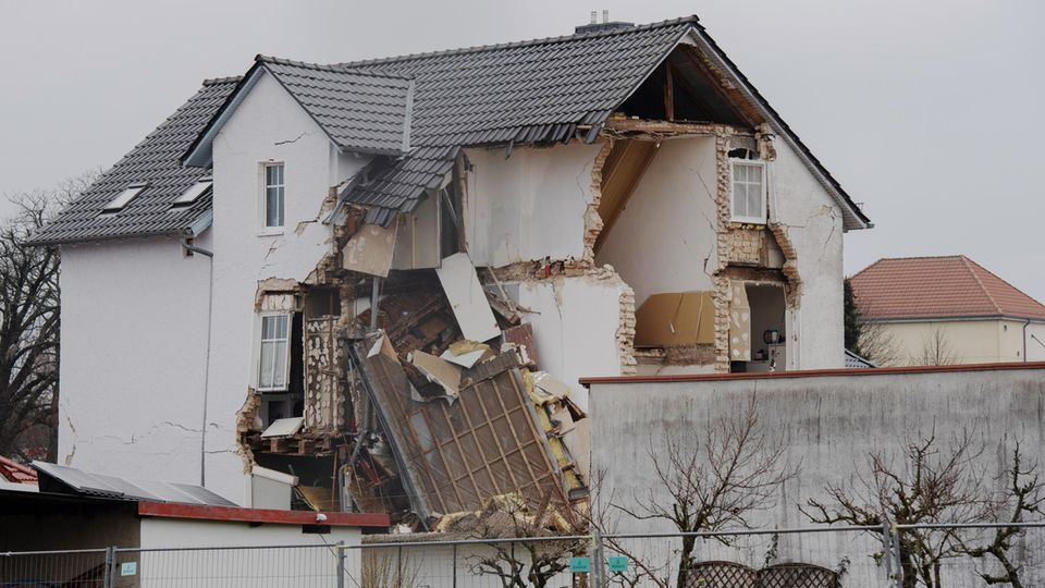 Nachrichten aus Deutschland: In Neuendorf hat es eine Explosion in einem Haus gegeben.