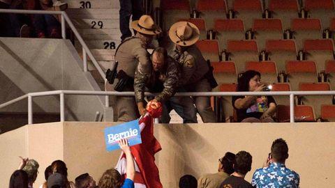 Sicherheitsmänner werfen den Mann aus dem Saal