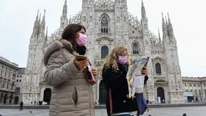 Touristinnen vor dem Mailänder Dom: Die lombardische Metropole ist vom Corona-Ausbruch besonders betroffen