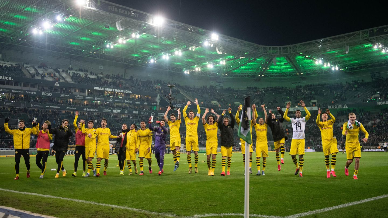 Dortmunds Spieler feiern nach dem Spiel