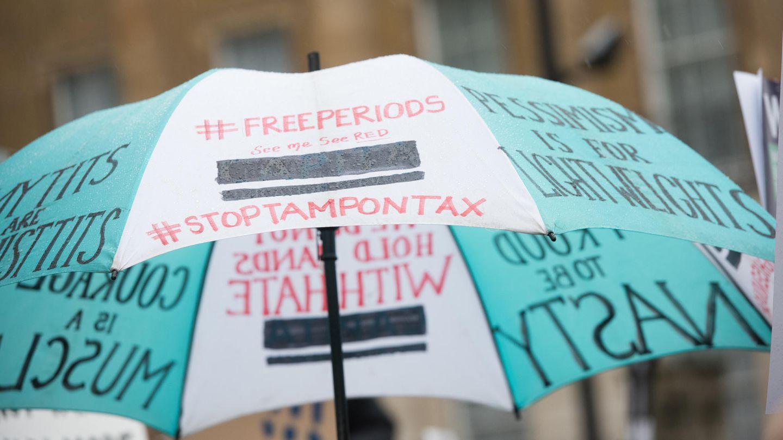 Beschriebener Regenschirm bei einer Demo in London