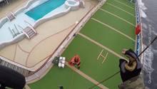 Aus Perspektive einer Helmkamera sieht man, wie ein Soldat sich abseilt, während an Deck des Kreuzfahrtschiffes jemand wartet