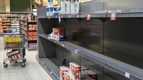 Leere Regale in einem Supermarkt in Freiburg