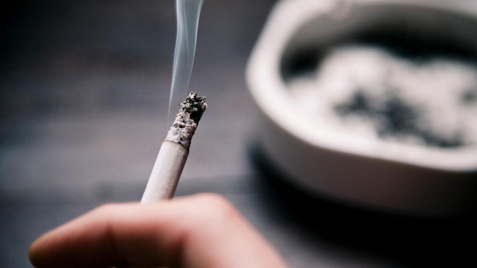 Risiko Tabakrauch: eine qualmende Zigarette