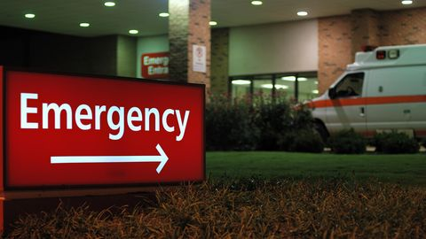 Schild zur Notaufnahme eines Krankenhauses